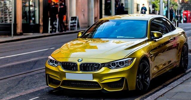Schöner, gelber BMW, der mit einem Commerzbank Autokredit gekauft werden konnte
