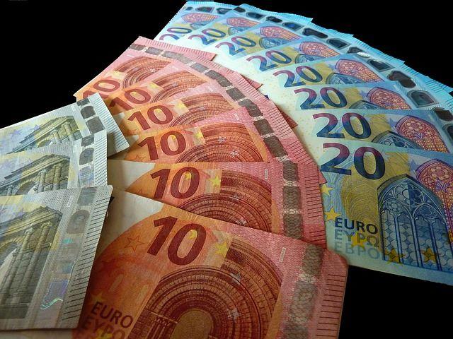 5-, 10- und 20-Euro Banknoten auf einer schwarzen Tischdecke: Sie benötigen Geld? Dann beantragen Sie doch einfach den günstigen Commerzbank Kleinkredit!