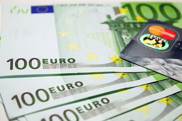 100 Euro Banknoten und Kreditkarte: Sie benötigen dringend Geld? Dann beantragen Sie doch einfach online einen günstigen Commerzbank Privatkredit!