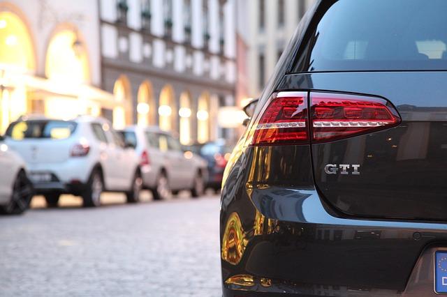 VW Golf parkend in einer Innenstadt: Wenn Sie sich ein neues Auto kaufen möchten, dann kann Ihnen der faire DSL Bank Autokredit hierbei behilflich sein!