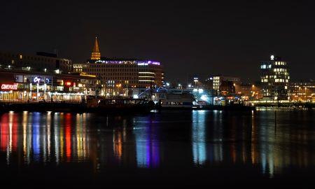 Kiel bei Nacht: Wenn du in Kiel wohnst und einen Sofortkredit ohne SCHUFA benötigst, kannst du ja mal bei einem Leihhaus Kiel vorbeischauen!