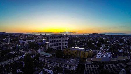 Aachen bei Abend: Wenn du schnell Geld in Aachen benötigst, könnte es Sinn machen, einfach ein Leihhaus Aachen aufzusuchen!