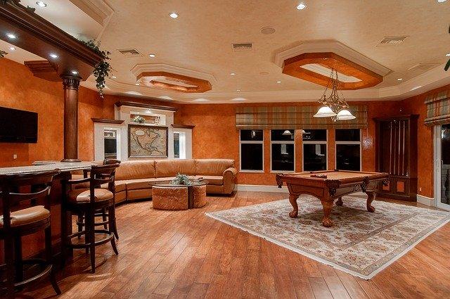 Schönes Zimmer mit Billard-Tisch: Wenn Sie Ihr Zuhause hübscher machen möchte, dann kann Ihnen der Santander Modernisierungskredit evtl. dabei helfen!?
