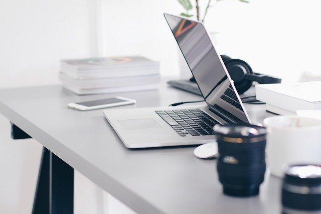 Smartphone, Headset, Laptop und Co. auf einem hochwertigen Schreibtisch: Wenn Sie auf der Suche nach einem Online Kredit mit Sofortauszahlung sind, könnte der Sberbank Kredit ein interessantes Produkt für Sie sein!
