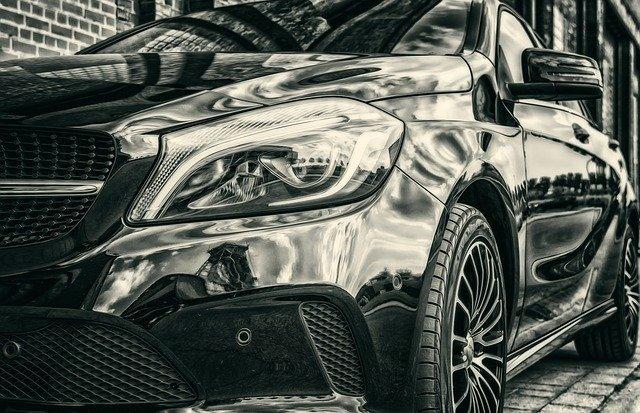 Hochwertiges Auto (Schwarz-Weiß-Aufnahme): Wenn Sie ein neues Auto anschaffen möchten, dann könnte der günstige SWK Bank Autokredit eine gute Option für die Finanzierung sein!