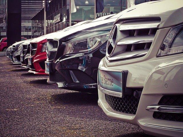 Verschiedene Mercedes-Benz-Fahrzeuge beim Mercedes Händler: Sie möchten sich einen Neuwagen zulegen, am besten der Marke Mercedes? Dann beantragen Sie noch heute einen günstigen Targobank Autokredit!