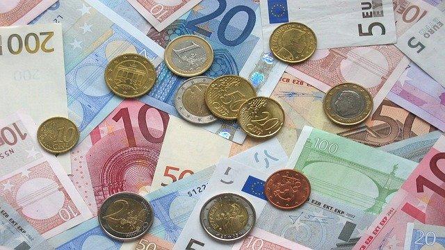 Verschiedene Euro-Banknoten und Münzen: Wenn Sie schnell Geld benötigen, wäre es evtl. eine gute Idee, den günstigen Targobank Kleinkredit online zu beantragen!?