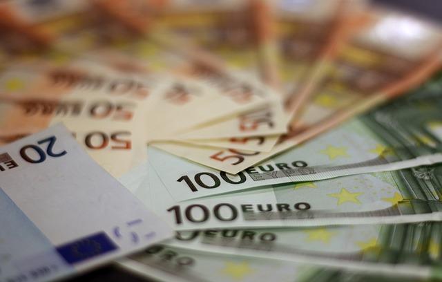Mehrere 50- und 100-Euro-Banknoten und ein 20-Euro-Geldschein: Sie benötigen dringend Geld? Dann beantragen Sie doch einfach den günstigen Targobank Privatkredit bequem von Zuhause aus!