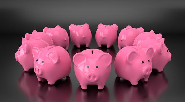 11 rosa Sparschweinchen, im Kreis angeordnet: Mit Hilfe einer intelligenten Umschuldung können Sie viel Geld sparen!