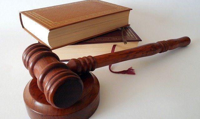 Gesetzbücher und Richterhammer aus Hartholz: Sie möchten die Vorfälligkeitsentschädigung umgehen? Es gibt Möglichkeiten, wie Sie dies tun können!