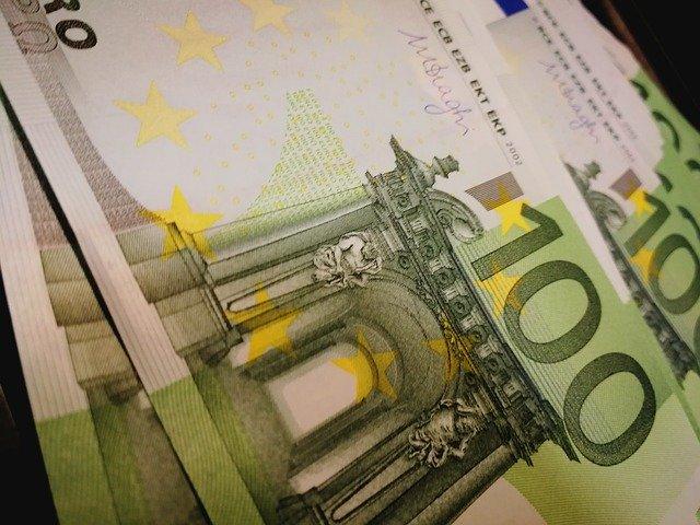 100 Euro Banknoten: einen günstigen 1250 Euro Kredit online beantragen und endlich wieder liquide sein!