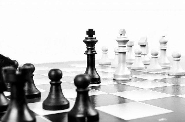 Schachbrett mit König gegen König: Challenger-Banken fordern die etablierten, konventionellen Banken mit kundenorientierten, digitalen Banking-Services heraus.