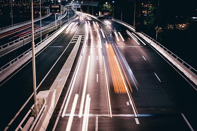 Abstraktes Bild, auf der eine Autobahn zu sehen ist, auf denen sehr schnelle Fahrzeuge unterwegs sind: Wenn Sie schnellstmöglich einen günstigen Kredit benötigen, dann können Sie im heutigen Zeitalter einen volldigitalen Eilkredit mit Sofortauszahlung in nur wenigen Minuten online aufnehmen!