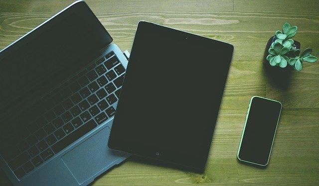 Laptop, Tablet, Smartphone und Pflanze auf einem Tisch: Wenn Sie einen günstigen Ratenkredit benötigen, dann ist der HypoVereinsbank Privatkredit ab nur 1,99% eff. p.a. eventuell genau das richtige Angebot für Sie!