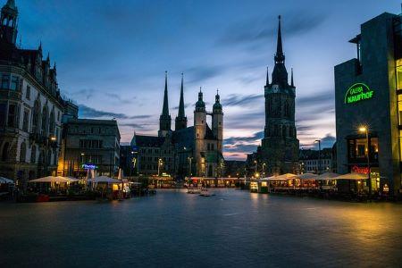 Die kreisfreie Großstadt Halle (Saale) bei Nacht: Wenn Sie einen Kredit ohne SCHUFA und ohne Nachweise benötigen, dann sollten Sie in Betracht ziehen, einem Leihhaus Halle (Saale) einen Besuch abzustatten!