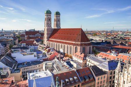 Frauenkirche in München und umliegende Gebäude: Wer einen Sofortkredit ohne SCHUFA in München benötigt, sollte darüber nachdenken, dem Leihhaus München einen Besuch abzustatten! Denn dort gibt es Pfandkredite!