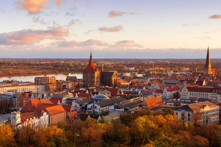 Rostock zur Abenddämmerung: Wenn Sie einen unkomplizierten Sofortkredit ohne SCHUFA in Rostock benötigen, dann sollten Sie darüber nachdenken, einem Leihhaus Rostock einen Besuch abzustatten!