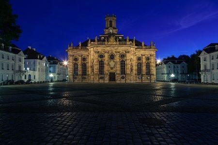 Beleuchteter Dom in Saarbrücken bei Nacht: Wenn Sie einen fairen Sofortkredit ohne SCHUFA benötigen, dann können Sie darüber nachdenken, einem ordnungsgemäß geführten Leihhaus Saarbrücken einen Besuch abzustatten!