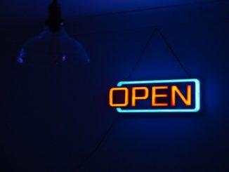 Beleuchtetes Open-Schild: Open Banking ist seit Umsetzung der europäischen PSD2 Richtlinie in Deutschland im Begriff, die Finanz- und Bankenwelt zu revolutionieren.