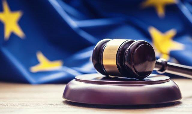 Richterhammer und EU-Flagge: Die PSD2 Richtlinie der EU regelt Zahlungsdienste im europäischen Raum.