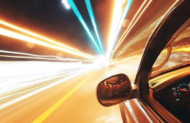 Pfeilschnelles Auto auf der Autobahn (abstraktes Bild für Schnelligkeit): Wenn Sie gerade nach einem äußerst schnellen Kredit ohne Papierkram sind, dann sollten Sie noch heute einen volldigitalen Schnellkredit mit Sofortzusage und Sofortauszahlung online beantragen und aufnehmen!