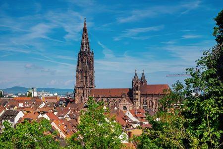 Die Stadt Freiburg mit ihrem Münster: Wenn du schnell Geld benötigst, solltest du darüber nachdenken, in ein Leihhaus Freiburg im Breisgau zu gehen!