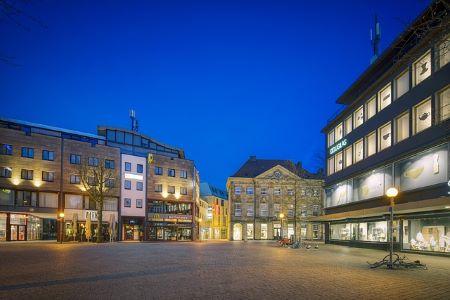 Nikolaiort in Osnabrück bei Nacht: Wer einen schnellen Kredit ohne SCHUFA benötigt, sollte sich überlegen, im Leihhaus Osnabrück vorbeizugucken!