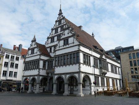 Historisches Rathaus von Paderborn: Wenn Sie in Paderborn auf der Suche nach einem SCHUFA-freien Sofortkredit sind, sollten Sie ggfs. mal dem Leihhaus Paderborn einen Besuch abstatten!