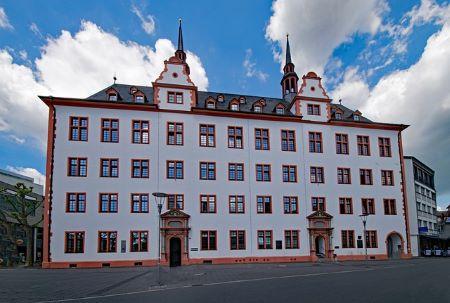 Historisches Gebäude in Mainz: Wenn du in Mainz wohnst und einen unkomplizierten Kredit ohne SCHUFA benötigst, solltest du darüber nachdenken, dich in ein Leihhaus Mainz zu begeben!
