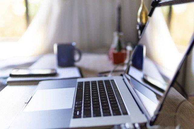 Laptop auf einem Schreibtisch: ortsunabhängig in nur zehn Minuten an Geld kommen dank Digitalkredit mit Sofortentscheidung