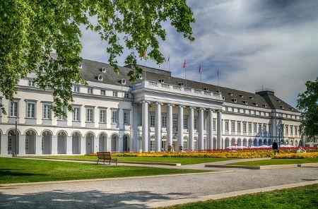 Schloss in Koblenz: Wenn Sie in Koblenz wohnen und schnell Bargeld benötigen, sollten Sie darüber nachdenken, in ein Leihhaus Koblenz zu gehen, um einen Pfandkredit ohne SCHUFA zu beantragen!